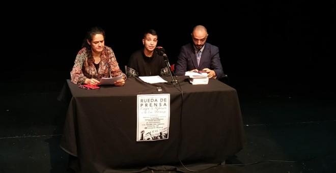Álex Martínez, uno de los acusados, sentado entre Marta González, del colectivo Madres contra la represión (d), y el abogado Ertlanz Ibarrondo (i), el abogado defensor, en la rueda de prensa ofrecida en Madrid.