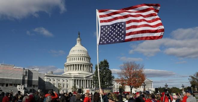 Activistas por el clima protestan frente al Capitolio en Washington./ REUTERS