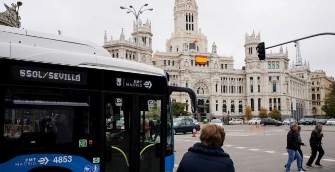 Un autobús de la EMT en una de las paradas de la Plaza de Cibeles. EFE/Luca Piergiovanni.