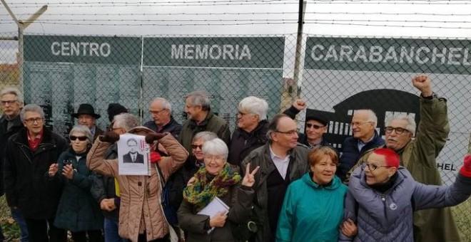 Ex presos y presas de la dictadura franquista frente al Memorial alternativo instalada frente a la antigua cárcel de Carabanchel.- TWITTER FORO POR LA MEMORIA