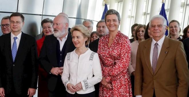 La nueva presidenta de la Comisión Europea, Ursula von der Leyen (c), el Alto Representante de la UE, el español José Borrel, y el resto de comisarios europeos, posan en la primera reunión del nuevo Ejecutivo comunitario, en Bruselas. EFE/EPA/STEPHANIE LE