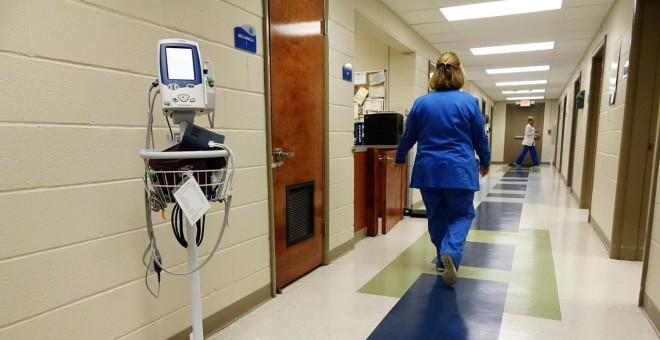 Una enfermera camina por los pasillos de un centro de salud en Lepanto (Arkansas, EEUU). REUTERS / Karen Pulfer Focht