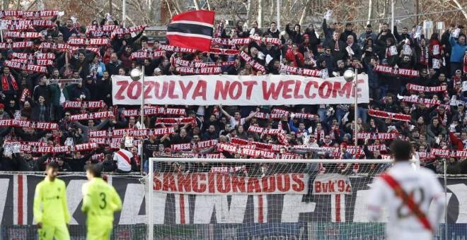 Pancarta de la afición vallecana durante el partido. / Twitter
