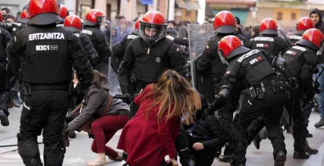 Antidisturbios de la Ertzaintza en una imagen de archivo. DAVID AGUILAR