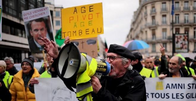 Manifestantes protestan en París contra la reforma de las pensiones planteada por el Gobierno francés.- EFE/EPA/Christophe Petit Tesson
