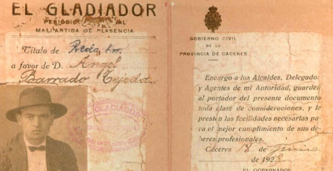 Ángel Barrado  y su carnet de escritor en el periódico 'El Gladiador'.