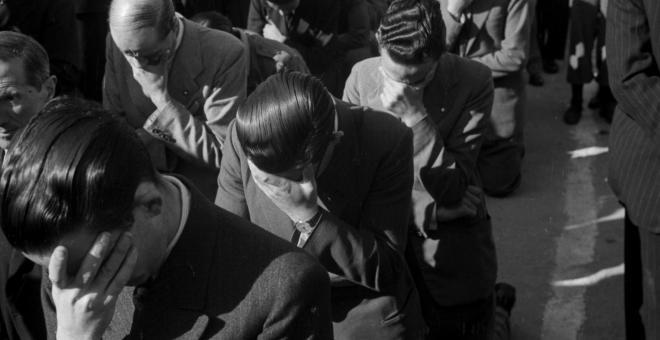 Hombres penitentes durante una Santa Misión, 1945. Autor: Santos Yubero, fondo: Archivo Regional de la CAM. Cedidas por el autor para este reportaje.