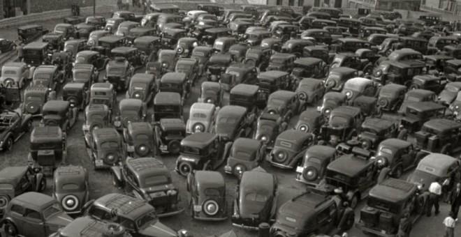 Autos estacionados fuera de la plaza de toros de Txofre en una tarde de corrida, 1944. Autor: Pascual Marín, fuente: Kutxa Fototeka. Cedida por el autor para este reportaje.