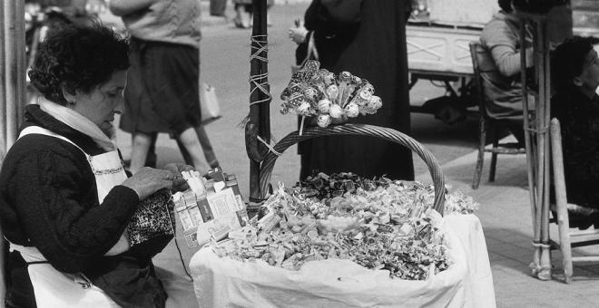 Puestecillos en la plaza de Tirso de Molina (Madrid), 1962. Autor: Gerardo Vielba. Cedida por el autor para este reportaje.