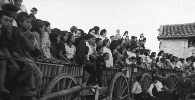 Plaza de toros hecha con carretas en Torremocha, con motivo de las fiestas del pueblo (años 40). Autor: Stos. Yubero, fuente: Archivo Regional de la CAM. Cedida por el autor para este reportaje.