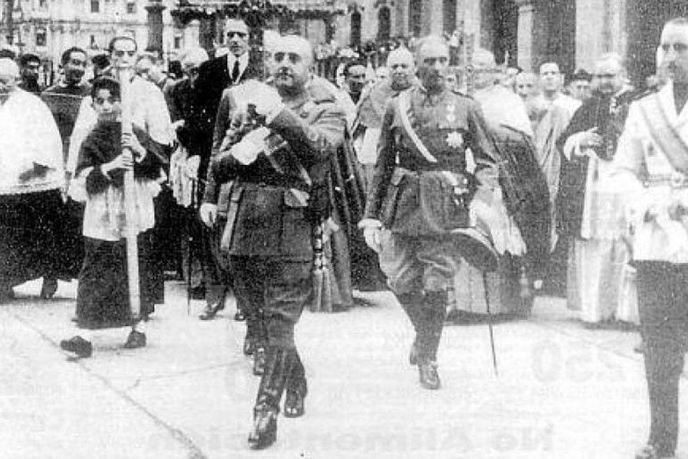 Franco entra en la Catedral de Oviedo con la Cruz de la Victoria en septiembre de 1942.