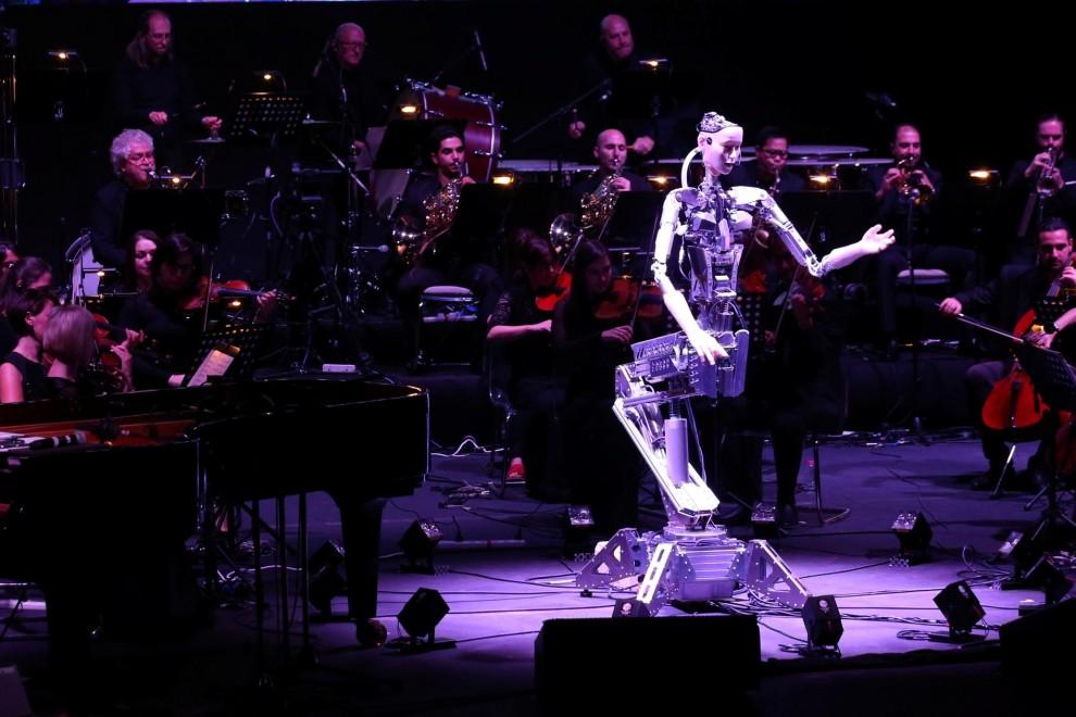 31/01/2020 - Un robot dirige una orquesta en la Academia de Artes Escénicas Sharjah, Emiratos Árabes Unidos. REUTERS / Satish Kumar