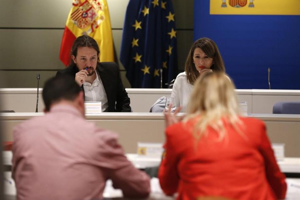 La ministra de Trabajo, Yolanda Díaz (d), y el vicepresidente del Gobierno, Pablo Iglesias (i), durante la reunión que han mantenido este viernes con la sección agraria de los sindicatos y a la que no han asistido las organizaciones agrarias Asaja, COAG y