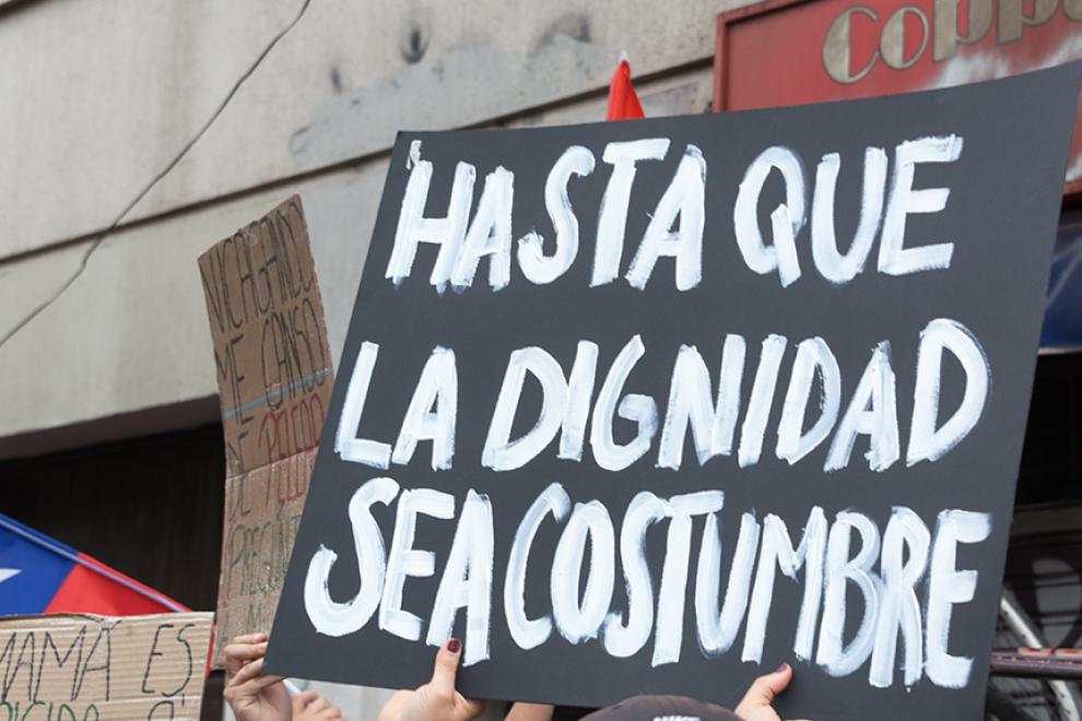 Algunos de los numerosos carteles de las protestas en Santiago de Chile. – Carlos Figueroa (WikiCommons).