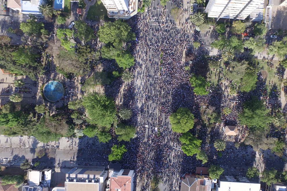 Marcha multitudinaria de protesta en la Plaza Ñuñoa en Santiago de Chile (21 de octubre de 2019). – Crilling (WikiCommons).