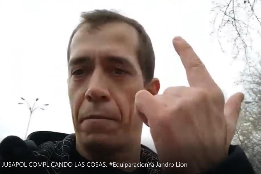 Jandro Lion, haciendo el identificativo gesto de Jusapol, como si empuñara una pistola.