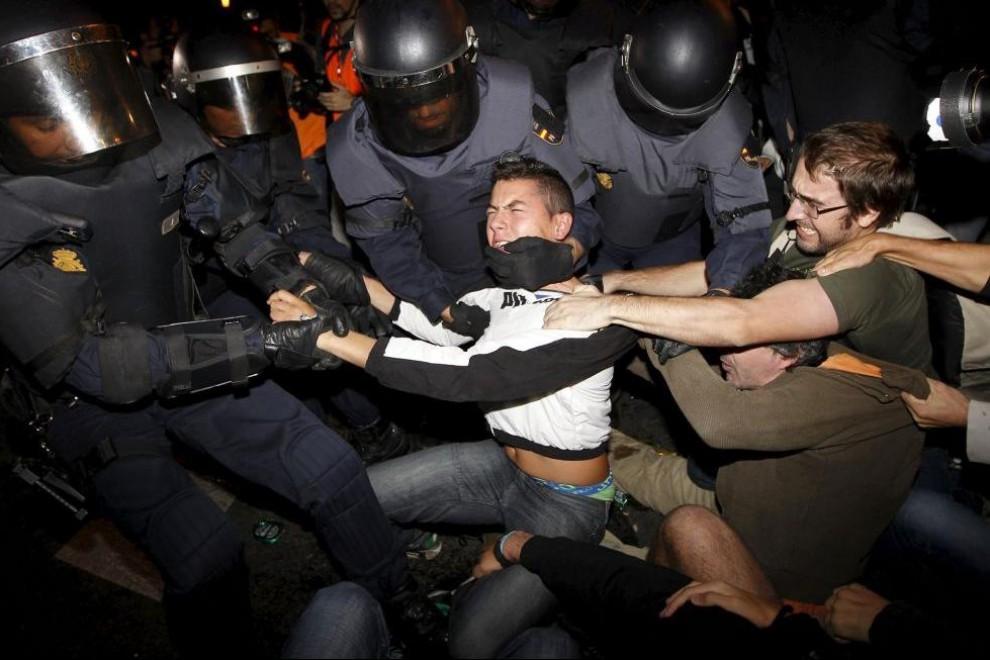 Agentes antidisturbios forcejean con asistentes a la concentración celebrada el miércoles 26 de septiembre de 2012.- EFE