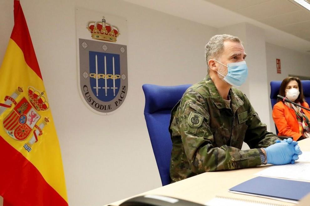 El Rey Felipe VI junto a la ministra de Defensa, Margarita Robles, durante un encuentro con militares.- EFE