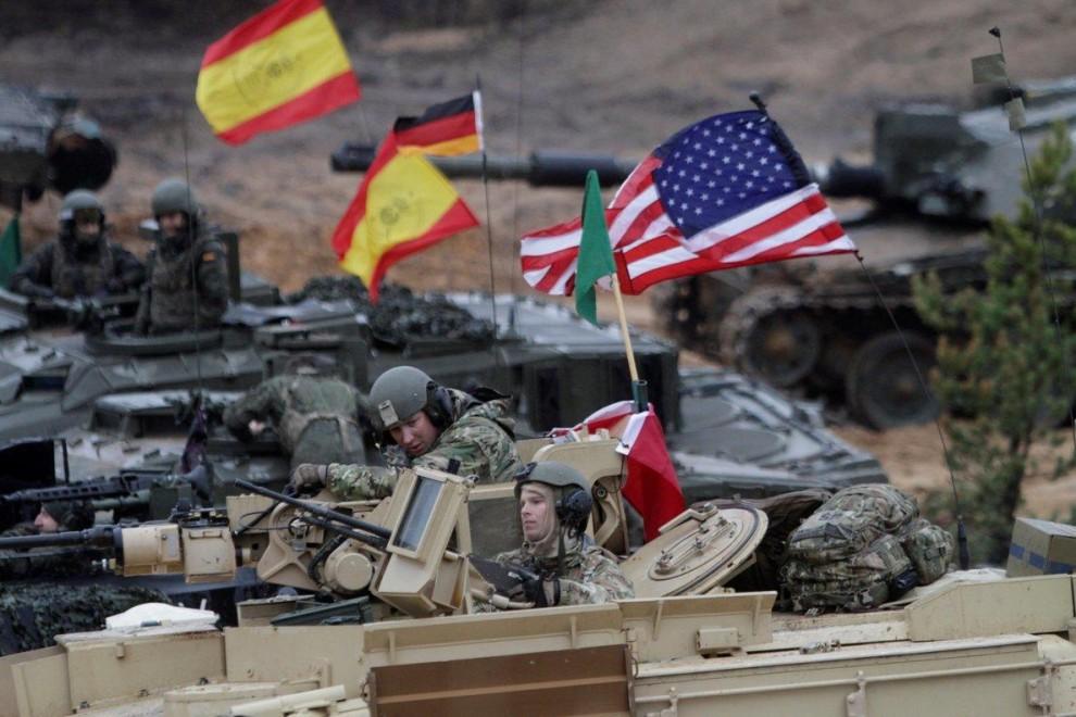 Participantes en un ejercicio de artillería de la OTAN en Letonia. EFE / VALDA KALNINA. publico.es