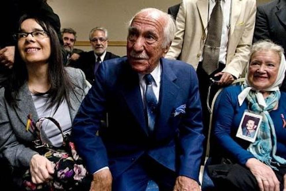 Inés Holgado García y Darío Rivas, que perdieron a familiares durante el franquismo, y Nora Cortiñas, de Madres de Plaza de Mayo durante una conferencia de prensa.- REUTERS