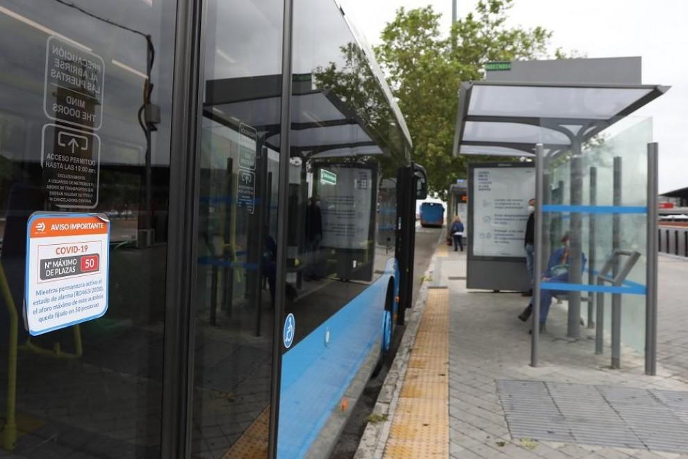 Entrada de uno de los autobuses de la Empresa Municipal de Transportes (EMT), donde se avisa del número máximo de plazas del vehículo tras reducirse el aforo del mismo . E.P./Marta Fernández