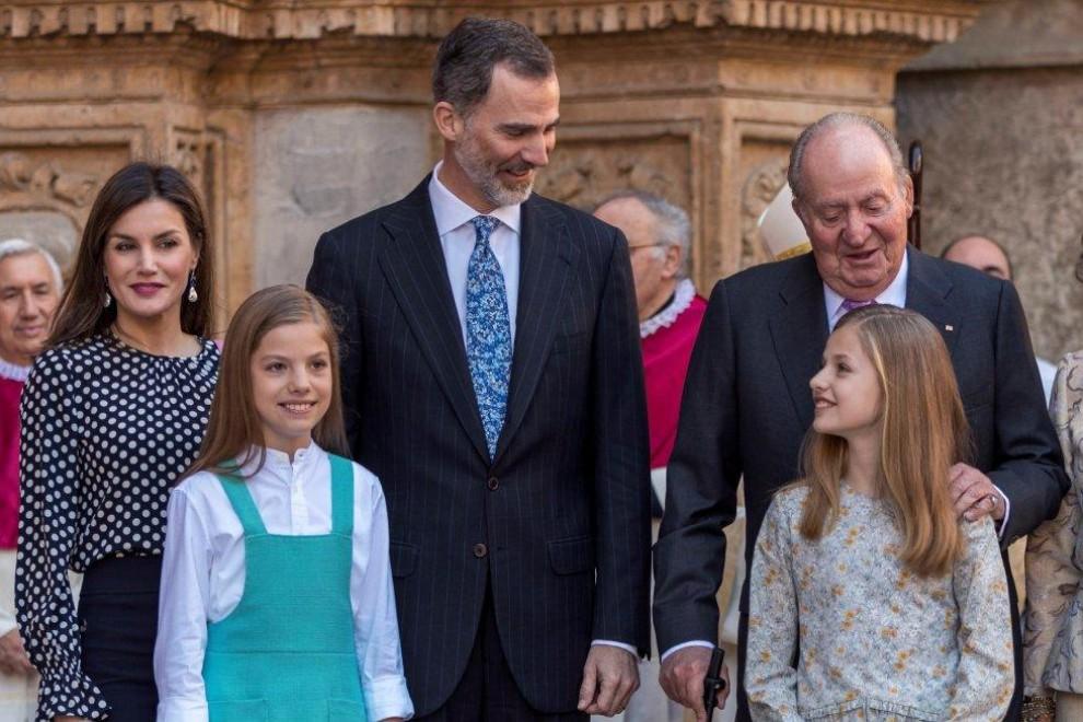 Los reyes Felipe y Letizia, sus hijas, la princesa Leonor y la infanta Sofía, y el rey Juan Carlos, en la misa de Pascua. / EFE