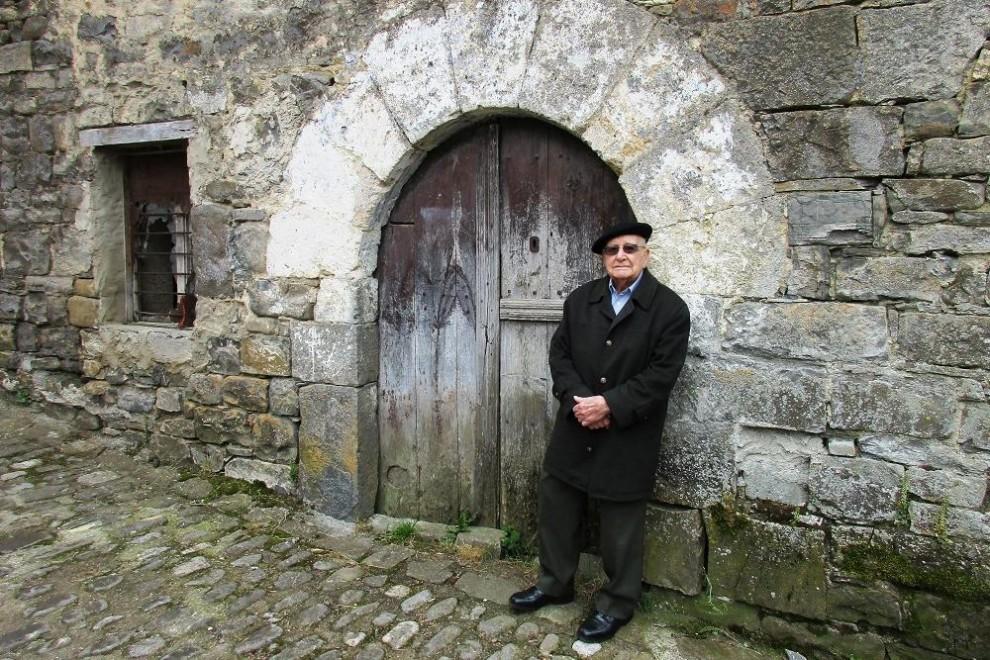 Luis Ortiz Alfau, ante la casa en la que estuvo dos años en Vidángoz. ANDER IZAGIRRE