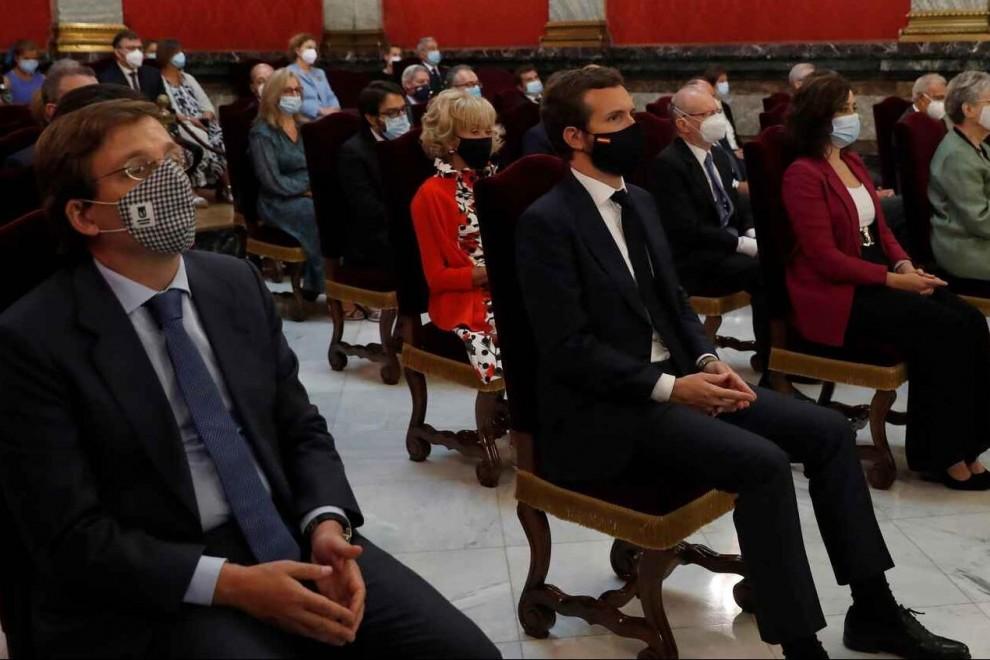 El líder del PP, Pablo Casado (c), junto al portavoz y alcalde de Madrid José Luis Martínez Almeida (i) y la presidenta madrileña Isabel Díaz Ayuso (d) durante la inauguración del año judicial. EFE