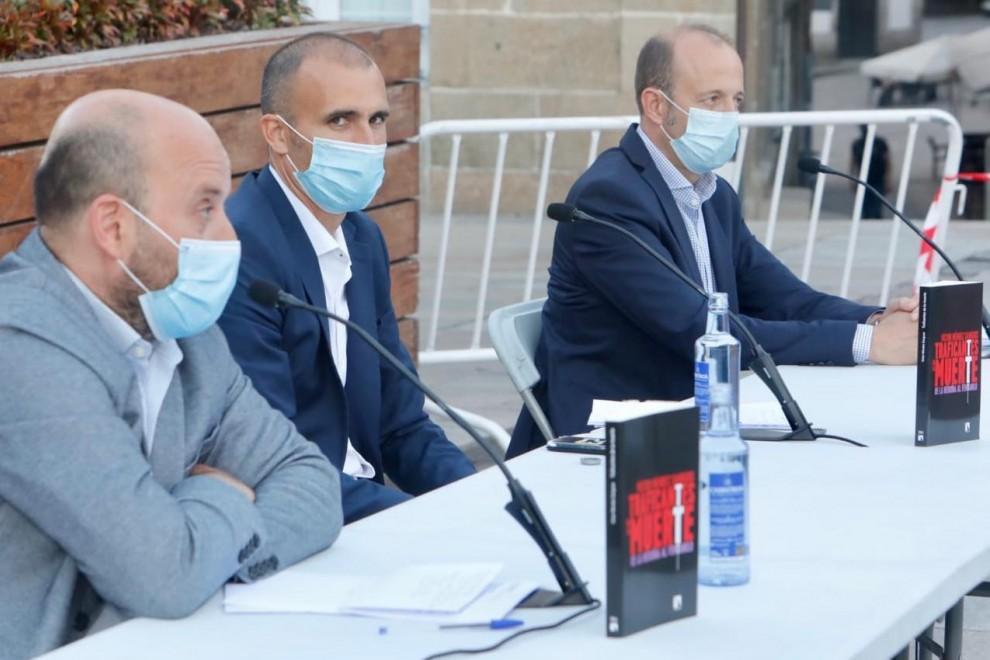 Víctor Méndez Sanguos, durante la presentación en Pontevedra de Traficantes de la muerte. De la heroína al fentalino (Catarata). / JOSÉ LUIZ OUBIÑA