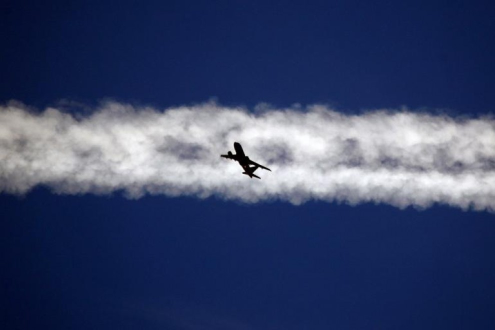 Un avión vuela debajo de la estela de vapor de otro avión sobre la ciudad italiana de Padua.