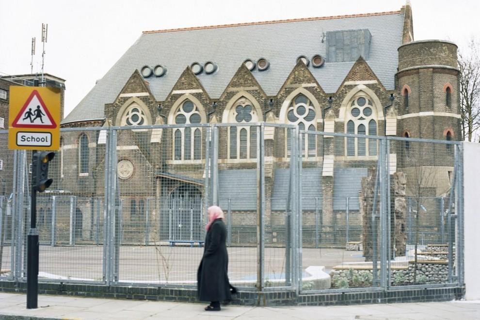 Iglesia en el este de Londres transformada en gimnasio junto a una escuela.