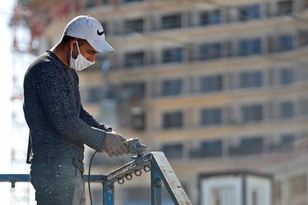 04/02/2021. Un hombre trabaja en una obra mientras usa mascarilla para protegerse de la pandemia, en La Habana. -