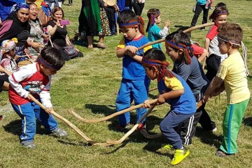 Niños practicando el tradicional deporte mapuche. - Ministerio de Desarrollo Social y Familia (Chile)