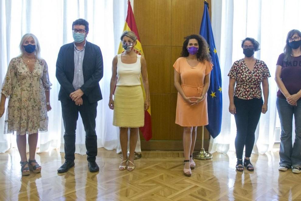 La ministra de Trabajo y vicepresidenta Yolanda Díaz junto a la delegación de la campaña contra los abusos laborales a las temporeras de Huelva.