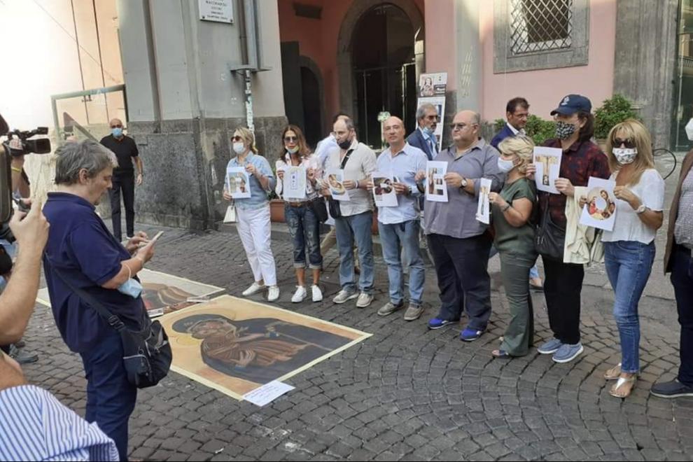 Protesta ultracatólica a las puertas del Palacio de las Artes de Nápoles contra la exposición 'Disparar con los dedos'.