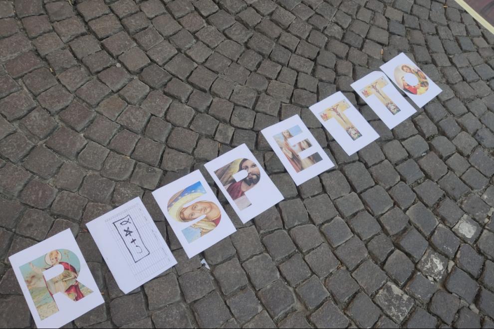 Las cartulinas mostradas en la protesta ultracatólica a las puertas del Palacio de las Artes de Nápoles contra la exposición 'Disparar con los dedos'.