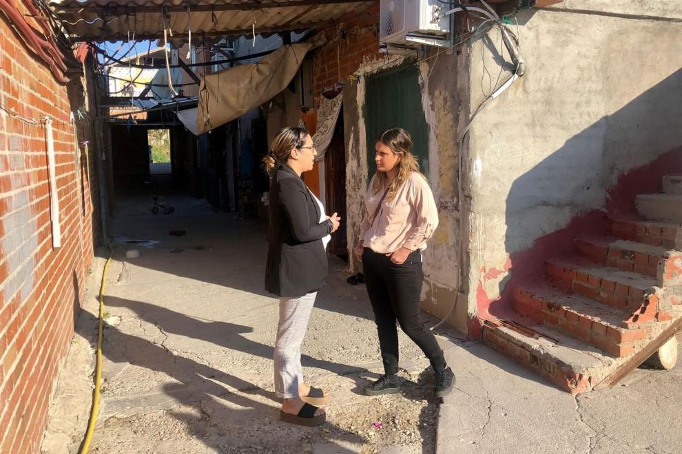 Alejandra Jacinto conversa con Houda Akrikez en su casa en el sector seis.