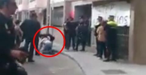 La polic a agrede y amenaza a un abogado de la pah durante for Suelo gipsy kings