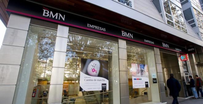 Decenas de extrabajadores de bmn demandan al banco por for Oficinas la caixa alicante