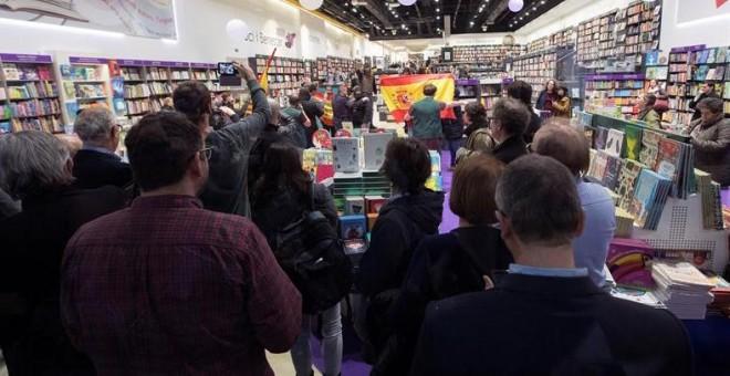 Un grupo de ultras trata de boicotear un acto de iglesias en barcelona al grito de viva franco - Casa del libro barcelona rambla catalunya ...