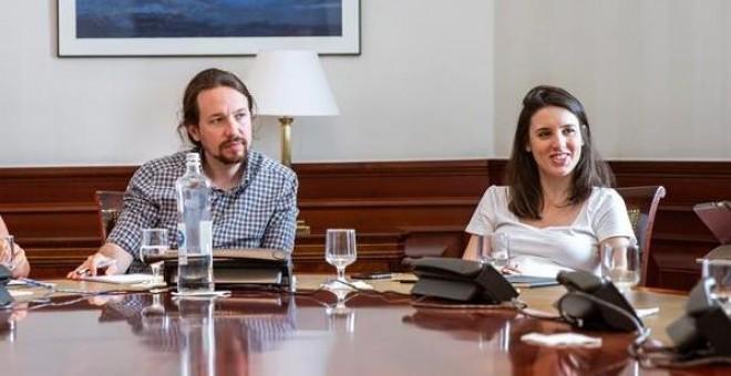 El Congreso expulsa al periodista que grabó en los despachos de Iglesias y Montero pero no echa a 'OkDiario'