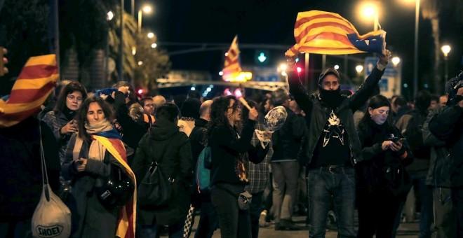 Visita Del Rey A Barcelona Unas 2 000 Personas En Barcelona Participan En Una Cacerolada Contra La Visita Del Rey Diario Publico