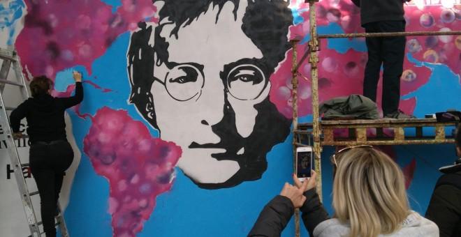 El Muro de John Lennon de Praga, un símbolo por la libertad de expresión que lucha por sobrevivir al turismo de masas