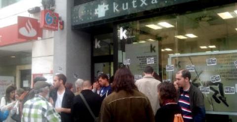 Un encierro en una oficina de la kutxa logra aplazar un for Kutxa oficinas madrid