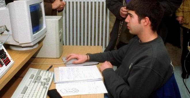 Un joven trabajador frente a un ordenador en Pamplona.