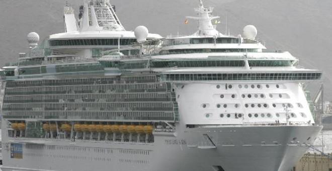 El mayor crucero del mundo, el 'Independence of the Seas', arribó ayer al puerto de Santa Cruz de Tenerife, con aproximadamente 3.600 pasajeros británicos y una tripulación compuesta por 1.200 personas.