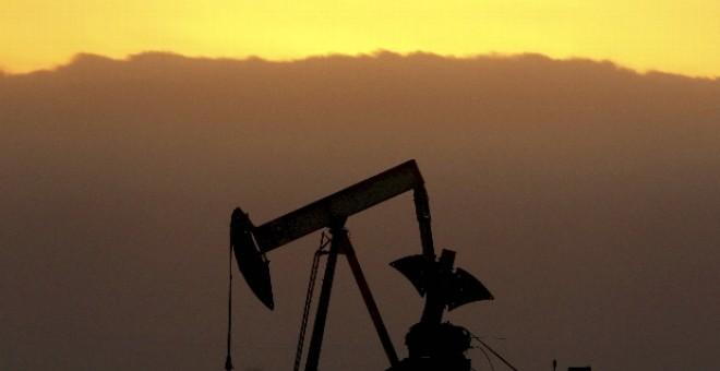 El barril de crudo Brent bajó hoy en el mercado de futuros de Londres hasta los 121,25 dólares.