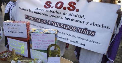 Familias de bebés robados crean un muro con los regalos que nunca dieron a sus hijos