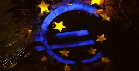 Un reflejo en el suelo del logo del euro situado en la entrada de la sede del BCE. REUTERS