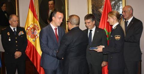 Abdellatif Hamouchi recibe de manos del secretario de Estado de Seguridad, Francisco Martínez, la Cruz honorífica al Mérito Policial con distintivo rojo. -EFE